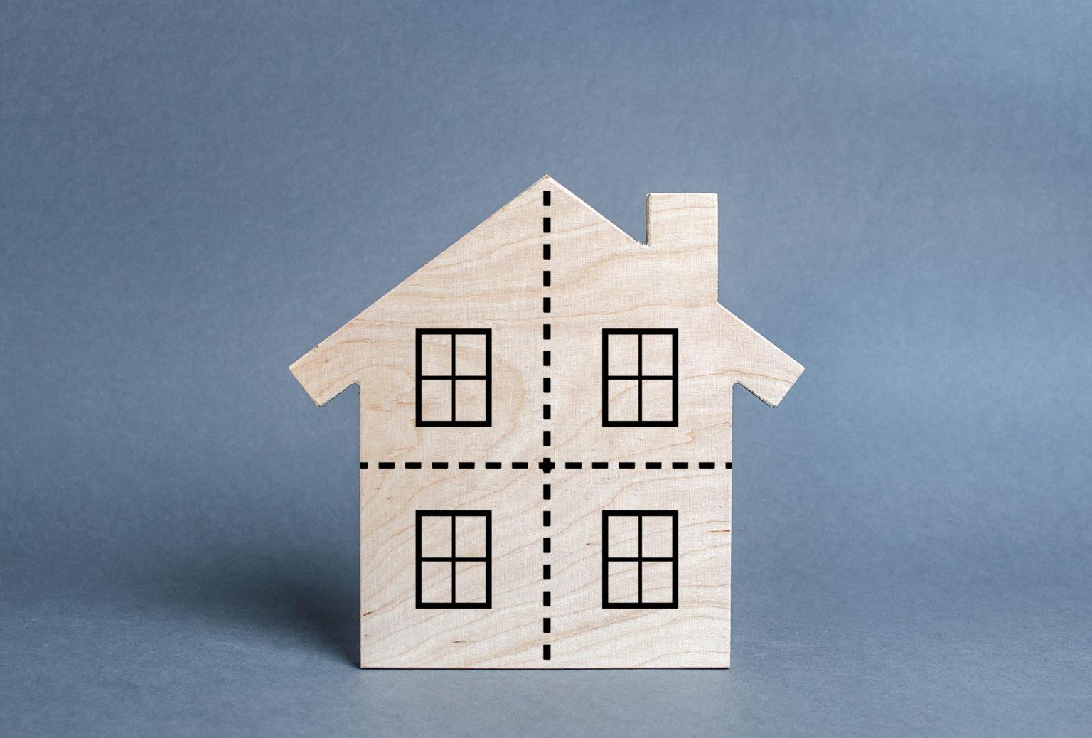 Einfamilienhaus mit Teilungslinien auf der Fassade als Zeichen für die Teilung von Immobilien
