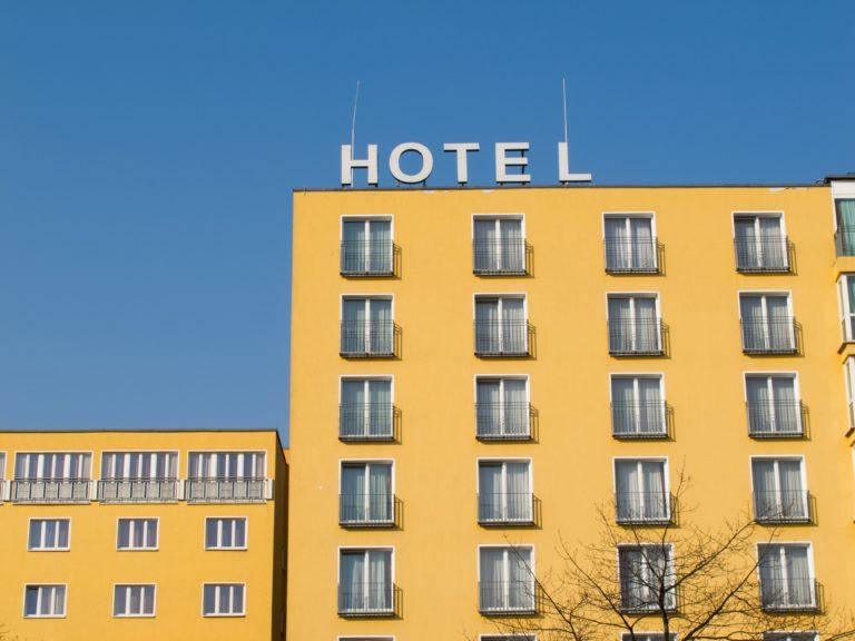 Gelbes Hochhaus mit der Beschriftung Hotel auf dem Dach